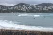 Surfάδες δαμάζουν τα κύματα στην Βουλιαγμένη