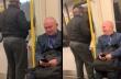 Άνδρας τραγουδά μέσα στο μετρό το Living on a Prayer