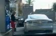 Μια γυναίκα με ηλεκτρικό αυτοκίνητο σε βενζινάδικο...