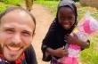 Νιγηρία: Άντρας δίνει μια κούκλα σε ένα μικρό κορίτσι