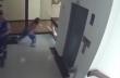 Μητέρα σώζει τον μικρό γιο της πριν πέσει από τον 4ο όροφο