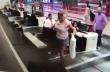 Γυναίκα ανεβαίνει στον διάδρομο αποσκευών για να… μεταφερθεί στο αεροπλάνο