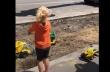 Χειριστής εκσκαφέα παίζει με δυο παιδιά