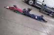 Δύο άνδρες περιστρέφονται με τρυπάνια στο πάτωμα
