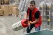 Εργαζόμενοι παίζουν πινγκ πονγκ στο διάλειμμα