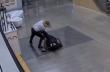 Εισέβαλε σε αστυνομικό τμήμα, επιτέθηκε και έκλεψε όπλο από αστυνομικό
