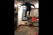 Άνδρας πηδά μέσα σε ένα αλιευτικό σκάφος