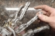 Mηχανολόγος κατασκευάζει τεχνητό χέρι