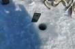 Ψαράς ελέγχει με το τηλέφωνό του εάν υπάρχουν ψάρια κάτω από τον πάγο