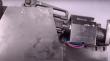 Youtuber ξεκλειδώνει κλειδαριά με όπλα της αστυνομίας σε 1 δευτερόλεπτο